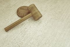 Hölzerner Hammer des Richters auf konkretem Brett Lizenzfreies Stockfoto