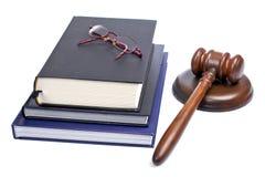 Hölzerner Hammer, Gläser und Gesetzbücher Lizenzfreie Stockbilder