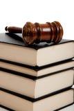 Hölzerner Hammer oben auf einen Stapel Gesetzbücher Lizenzfreie Stockbilder