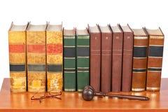 Hölzerner Hammer und alte Gesetzbücher lizenzfreie stockbilder