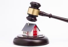 Hölzerner Hammer und ein Haus Lizenzfreies Stockbild