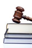 Hölzerner Hammer und Gesetzbücher Stockfoto