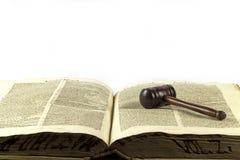 Hölzerner Hammer und Gesetzbuch Lizenzfreies Stockbild