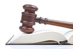 Hölzerner Hammer und Gesetzbuch Stockbild