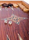 Hölzerner handgemachter Backgammonvorstand getrennt auf Weiß Lizenzfreie Stockfotos
