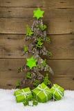 Hölzerner handgemachter Baum mit Grün stellt sich für Weihnachten dar Lizenzfreie Stockfotos