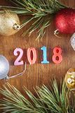 Hölzerner Hintergrund über guten Rutsch ins Neue Jahr 2018 Stockbild