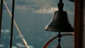 Hölzerner Hintergrund der Schiffsyacht-Glocke stock video footage