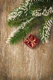 Hölzerner Hintergrund der Weihnachtsweinlese (Fichtenzweige und Geschenk) Lizenzfreies Stockbild