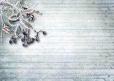Hölzerner Hintergrund der Weinlese mit schneebedeckten Niederlassungen und Beeren Lizenzfreies Stockbild