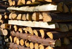 Hölzerner Hintergrund des Brennholzstapels Lizenzfreie Stockfotos