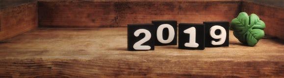 Hölzerner Hintergrund des neuen Jahres 2019 stockbild