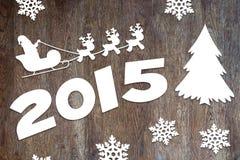 Hölzerner Hintergrund des neuen Jahres mit Santa Claus- und Rotwildcharakteren Lizenzfreies Stockfoto