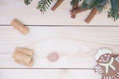 Hölzerner Hintergrund des Weihnachtslichtes mit Lebkuchen Lizenzfreies Stockfoto