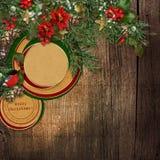 Hölzerner Hintergrund des Weihnachtsschmutzes mit Tannenzweigen, Dompfaff Stockfotos