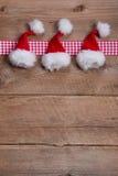 Hölzerner Hintergrund für Weihnachten im Rot mit einem überprüften Rahmen Lizenzfreie Stockfotos