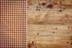 Hölzerner Hintergrund mit überprüfter Serviette stockfoto
