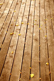 Hölzerner Hintergrund mit Ahornblättern im Herbst Stockfotografie