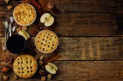 Hölzerner Hintergrund mit Apfelkuchen, Tee und Nüssen stockbild