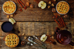 Hölzerner Hintergrund mit Apfelkuchen, Tee und Nüssen stockfoto