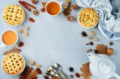 Hölzerner Hintergrund mit Apfelkuchen, Tee und Nüssen tonung vorgewählt lizenzfreie stockbilder