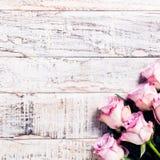 Hölzerner Hintergrund mit Blumenstrauß von rosa Rosen Lizenzfreie Stockfotografie
