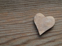 Hölzerner Hintergrund mit einem Herzen stockbilder