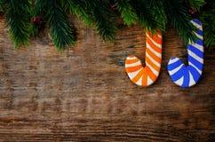 Hölzerner Hintergrund mit hölzernem Weihnachten formte Stock und den BH Lizenzfreie Stockfotografie