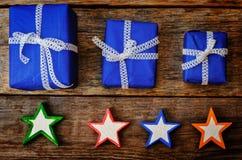 Hölzerner Hintergrund mit hölzernen Spielwaren und Geschenken für Weihnachten Lizenzfreies Stockbild
