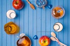 Hölzerner Hintergrund mit Honig und Apfel für jüdischen Feiertag Rosh Hashana Ansicht von oben Stockfotografie
