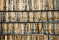 Hölzerner Hintergrund mit japanischem Schreiben Stockfotografie