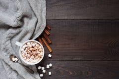 Hölzerner Hintergrund mit Kappe der Kakaos Stockfoto