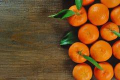 Hölzerner Hintergrund mit orange Klementine Lizenzfreies Stockbild