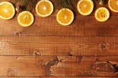 Hölzerner Hintergrund mit orange Scheiben Lizenzfreie Stockbilder