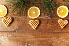 Hölzerner Hintergrund mit orange Scheiben Stockbilder