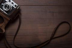 Hölzerner Hintergrund mit Retro- ruhiger Kamera Stockbild