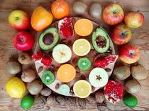 Hölzerner Hintergrund mit sortierter frischer Frucht Stockfotos