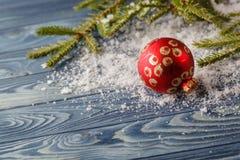 Hölzerner Hintergrund mit Tannenzweig- und Weihnachtsflitter Kopie-Badekurort Lizenzfreies Stockbild