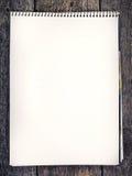 Hölzerner Hintergrund mit unbelegtem Papier Stockfotos