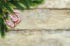 Hölzerner Hintergrund mit Weihnachtsbaum, Süßigkeit Stockbild