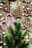 Hölzerner Hintergrund mit Weihnachtsbaum, Süßigkeit, Plätzchen, Eibisch Lizenzfreies Stockbild