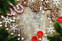 Hölzerner Hintergrund mit Weihnachtsbaum, Süßigkeit, Plätzchen, Eibisch Lizenzfreies Stockfoto