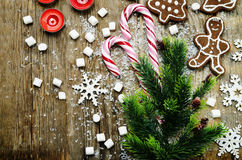 Hölzerner Hintergrund mit Weihnachtsbaum, Süßigkeit, Plätzchen, Eibisch Stockbild
