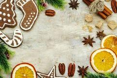 Hölzerner Hintergrund mit Weihnachtsbaum, Süßigkeit, Plätzchen und snowfla Stockfotos