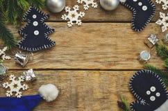 Hölzerner Hintergrund mit Weihnachtsbaum, Schneeflocken, Weihnachtsbälle Stockfotos