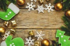 Hölzerner Hintergrund mit Weihnachtsbaum, Schneeflocken, Weihnachtsbälle Lizenzfreies Stockbild
