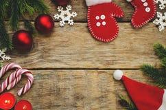 Hölzerner Hintergrund mit Weihnachtsbaum, Schneeflocken, Weihnachtsbälle Lizenzfreie Stockfotografie