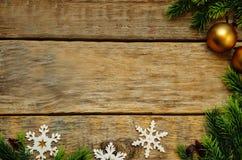 Hölzerner Hintergrund mit Weihnachtsbaum, Schneeflocken, Weihnachtsbälle Lizenzfreies Stockfoto