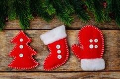 Hölzerner Hintergrund mit Weihnachtsbaum und selbst gemachten Vliesspielwaren Stockfotos