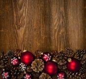 Hölzerner Hintergrund mit Weihnachtsverzierungen Lizenzfreies Stockfoto